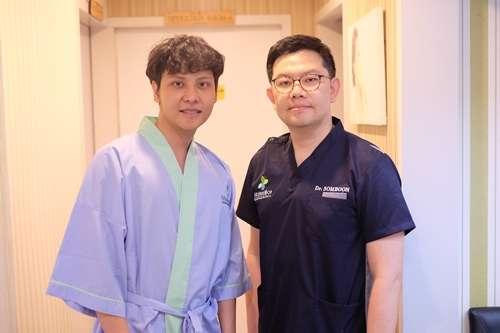 ถ่ายรูปกับคุณหมอสมบูรณ์ก่อนตัดโหนกแก้ม
